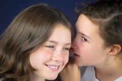 2 девочка-подростка говоря секрет Стоковое Изображение