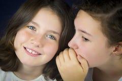 2 девочка-подростка говоря секрет Стоковая Фотография RF
