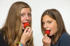 2 девочка-подростка есть клубники Стоковая Фотография