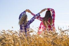 2 девочка-подростка делая знак безграничности Стоковые Изображения