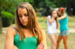 2 девочка-подростка делая потеху трети Стоковые Изображения