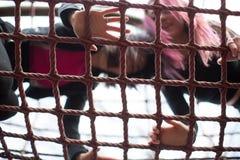 2 девочка-подростка играя на спортзале джунглей Стоковая Фотография