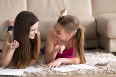 2 девочка-подростка изучая дома Стоковые Фото