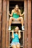 2 девочка-подростка имея потеху внешнюю в лете Стоковые Изображения RF