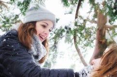 2 девочка-подростка имея потеху в снеге Стоковые Фото