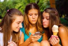 3 девочка-подростка имея потеху напольную Стоковые Изображения