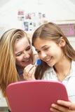 2 девочка-подростка кладя дальше составляют в спальне Стоковая Фотография
