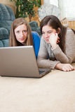 2 девушки используя компьтер-книжку Стоковые Изображения