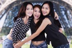 3 девочка-подростка обнимая на Эйфелева башне Стоковая Фотография