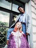 2 девочка-подростка перед зданием университета усмехаясь, имеющ потеху путешествуя Европа, концепция людей образа жизни Стоковая Фотография RF