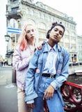 2 девочка-подростка перед зданием университета усмехаясь, имеющ Стоковые Изображения