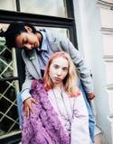 2 девочка-подростка перед зданием университета усмехаясь, имеющ Стоковые Фото