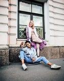 2 девочка-подростка перед зданием университета усмехаясь, имеющ Стоковая Фотография