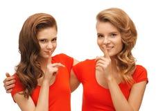 2 девочка-подростка показывая жест hush Стоковое фото RF