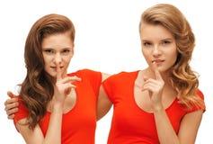 2 девочка-подростка показывая жест hush Стоковое Фото