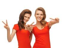 2 девочка-подростка показывая знак победы Стоковая Фотография