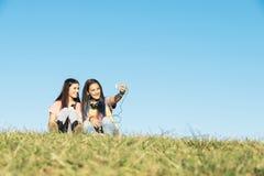 2 девочка-подростка принимая Selfie в парке Стоковое Фото