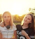 2 девочка-подростка снаружи Стоковое Изображение RF