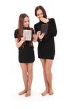 2 девочка-подростка студента держат ПК таблетки и новости обменом Стоковые Изображения