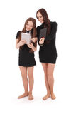 2 девочка-подростка студента держат ПК таблетки и новости обменом Стоковые Изображения RF