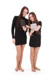 2 девочка-подростка студента держат ПК таблетки и новости обменом Стоковая Фотография