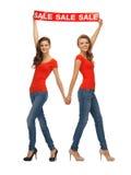 2 девочка-подростка с знаком продажи Стоковые Фото