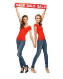 2 девочка-подростка с знаком продажи Стоковая Фотография RF