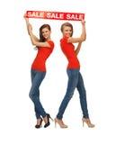 2 девочка-подростка с знаком продажи Стоковое Фото