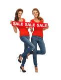 2 девочка-подростка с знаком продажи Стоковая Фотография