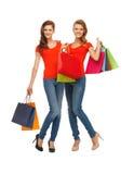 2 девочка-подростка с хозяйственными сумками Стоковые Изображения RF