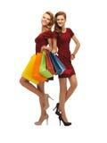 2 девочка-подростка с хозяйственными сумками Стоковые Изображения