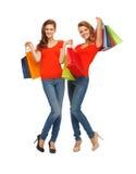 2 девочка-подростка с хозяйственными сумками Стоковые Фотографии RF