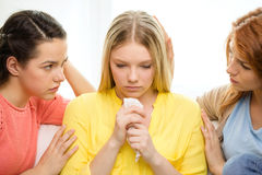 2 девочка-подростка утешая другие после распада Стоковые Изображения