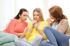 2 девочка-подростка утешая другие после распада Стоковое Изображение RF