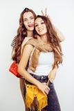 2 девочка-подростка лучших другов совместно имея потеху, представлять эмоциональный на белой предпосылке, усмехаться besties счас Стоковая Фотография RF