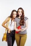 2 девочка-подростка лучших другов совместно имея потеху, представлять эмоциональный на белой предпосылке, besties счастливый усме Стоковое фото RF