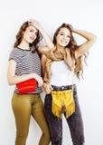 2 девочка-подростка лучших другов совместно имея потеху, представлять эмоциональный на белой предпосылке, усмехаться besties счас Стоковые Изображения RF