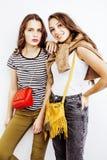 2 девочка-подростка лучших другов совместно имея потеху, представлять эмоциональный на белой предпосылке, усмехаться besties счас Стоковое Фото