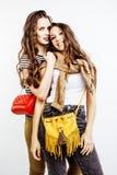 2 девочка-подростка лучших другов совместно имея потеху, представлять эмоциональный на белой предпосылке, усмехаться besties счас Стоковые Фотографии RF