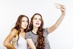 2 девочка-подростка лучших другов совместно имея потеху, представлять эмоциональный на белой предпосылке, besties счастливый усме Стоковое Изображение