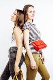 2 девочка-подростка лучших другов совместно имея потеху, представлять эмоциональный на белой предпосылке, усмехаться besties счас Стоковое Изображение