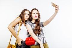2 девочка-подростка лучших другов совместно имея потеху, представлять эмоциональный на белой предпосылке, besties счастливый усме Стоковое Фото