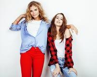 2 девочка-подростка лучших другов совместно имея потеху, представлять эмоциональный на белой предпосылке, besties счастливый усме Стоковая Фотография