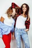2 девочка-подростка лучших другов совместно имея потеху, представлять эмоциональный на белой предпосылке, besties счастливый усме Стоковые Изображения RF