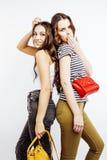 2 девочка-подростка лучших другов совместно имея потеху, представлять эмоциональный на белой предпосылке, усмехаться besties счас Стоковое фото RF