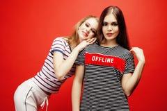 2 девочка-подростка лучших другов совместно имея потеху, представлять эмоциональный на красной предпосылке, усмехаться besties сч Стоковое Изображение
