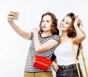 2 девочка-подростка лучших другов совместно имея потеху, представлять эмоциональный на белой предпосылке, усмехаться besties счас Стоковая Фотография