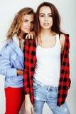 2 девочка-подростка лучших другов совместно имея потеху, представлять эмоциональный на белой предпосылке, besties счастливый усме Стоковые Изображения