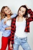 2 девочка-подростка лучших другов совместно имея потеху, представлять эмоциональный на белой предпосылке, besties счастливый усме Стоковые Фотографии RF