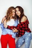 2 девочка-подростка лучших другов совместно имея потеху, представлять эмоциональный на белой предпосылке, besties счастливый усме Стоковая Фотография RF